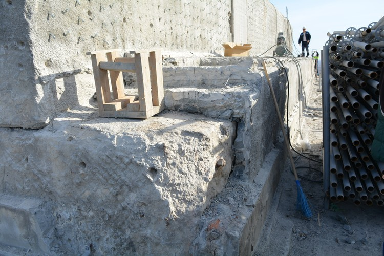 Реставраторы вскрыли гранит и три слоя бетона-новодела. Все это будут убирать.