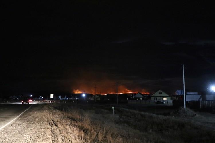 Пламя в ночи видели за десятки километров. Фото: ГУ МЧС России по Республике Хакасия