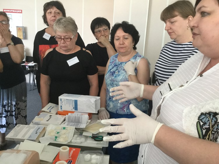 В школе сиделок учат лечить раны и пролежни, рассказывают о самых современных средствах и методиках. Фото: 1redcross-rostov.ru/мы-с-вами/