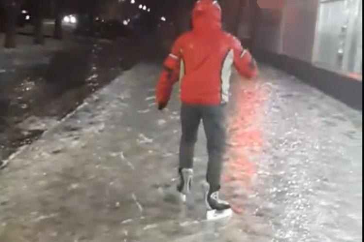 Кто-то даже успел прокатиться на коньках. Фото: скриншот с видео, vk.com/zlo43