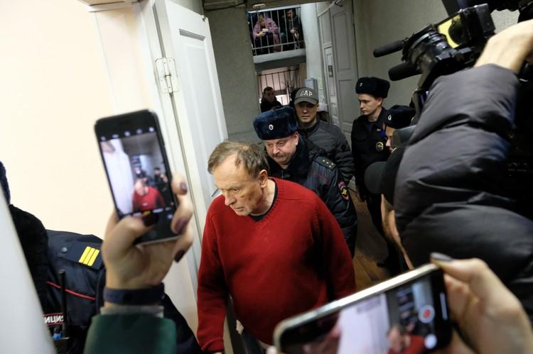 Соколов молча прошел мимо журналистов