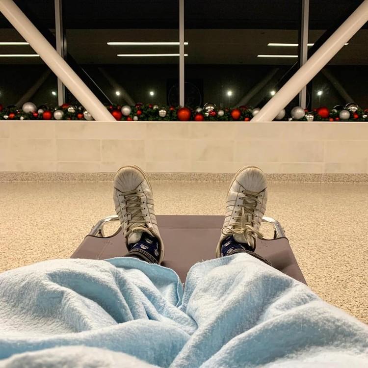 Телеведущий выложил фото, где он спит на раскладушке в аэропорту. Фото: Инстаграм