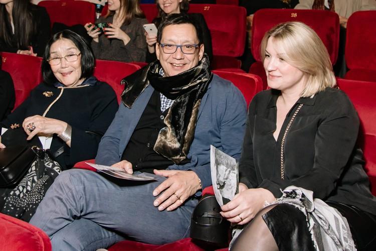Егор Кончаловский пришел на премьеру к отцу с мамой Натальей Аринбасаровой и молодой женой Марией Леоновой