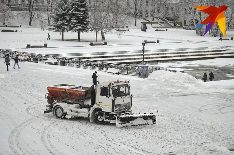 Обычно снег собирают днем, а вывозят из города ночью.