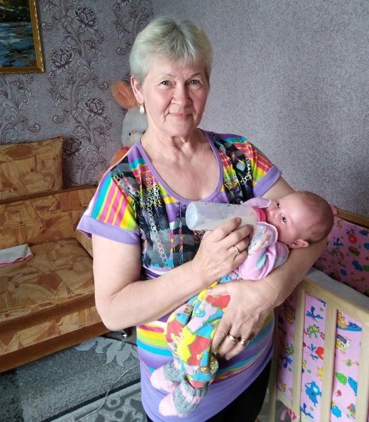 Яна с бабушкой, которая заменяла маму целый месяц. Фото: личный архив.