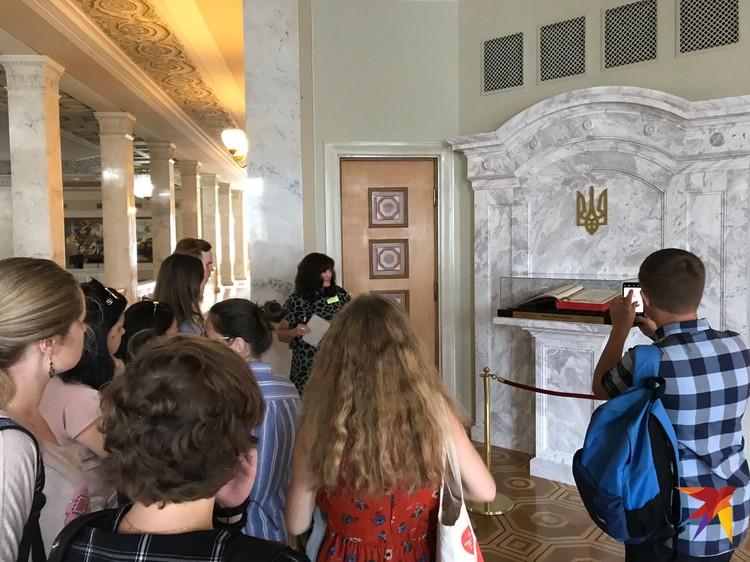 Экскурсия в Верховной раде шла на украинском языке. Всему виной языковой закон, запрещающий говорить по-русски в госучреждениях.