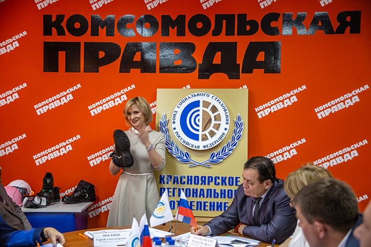 На круглом столе была выставка средств индивидуальной защиты от ООО «Красноярск-Восток-Сервис» и даже состоялось мини-дефиле от сотрудниц «Комсомолки» в рабочей одежде.
