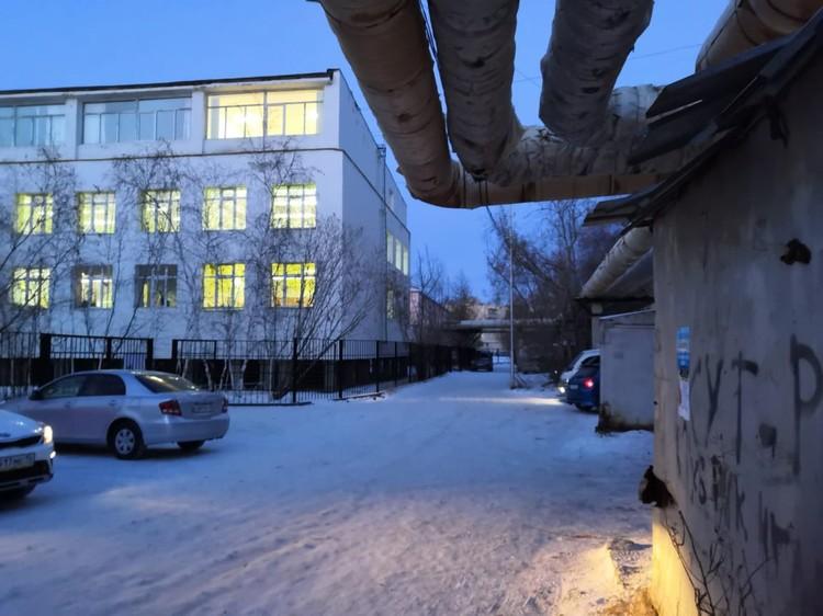 Из освещения - окна соседних зданий и фары машин.