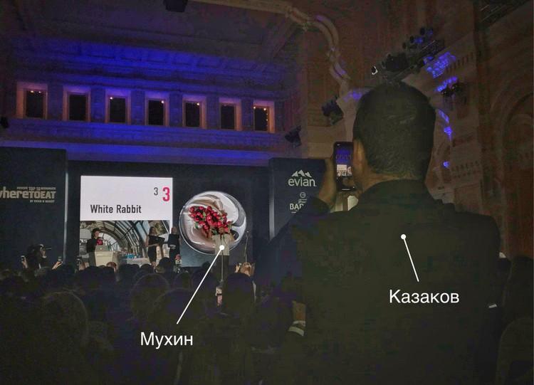Анатолий Казаков снимает на телефон награждение Владимира Мухина (3-е место).