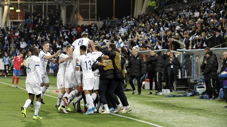 Финны празднуют победный гол, который вывел их на Евро-2020.