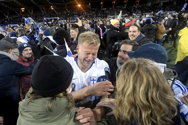 Финский игрок Паулюс Арауури не смог сдержать эмоций после встречи.