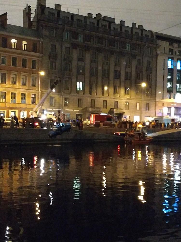 Машину уже вытащили из воды Фото: vk.com/spb_today