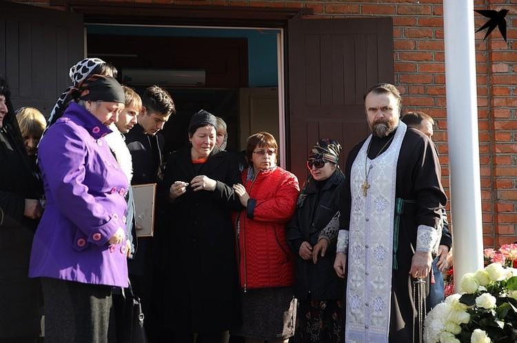 Маму и бабушку Насти выводили из храма под руки.