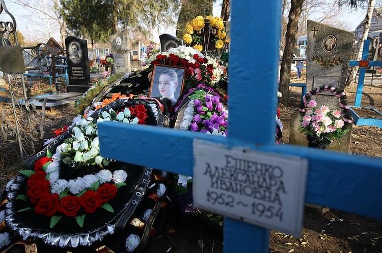 Анастасию похоронили рядом с родней.