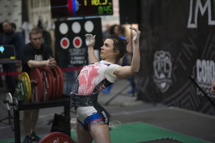 На соревнованиях девушка подняла в общей сумме 405 килограммов. Фото: личный архив.