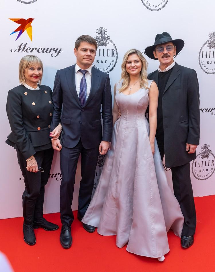 Мама Лизы Боярской Лариса Луппиан пришла на бал дебютанток Тatler, чтобы подержать внучку Катю