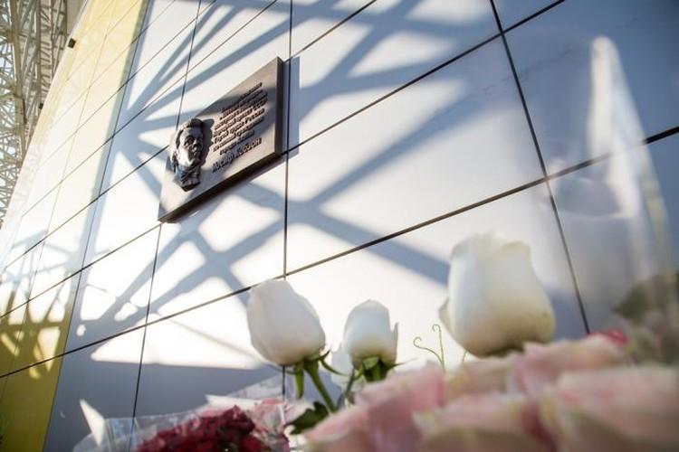 Мемориальная доска певцу появилась на фасаде Летней эстрады курорта. Фото: администрации Анапы.