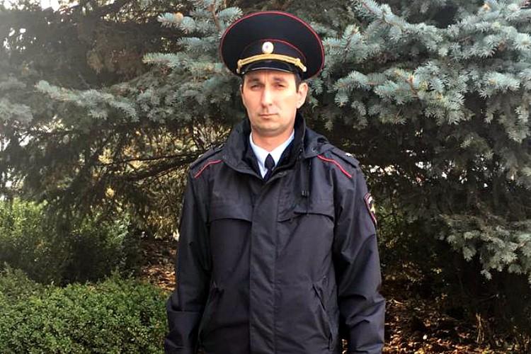 Полицейский услышал стон ребенка. Фото: ГУ МВД по Краснодарскому краю.
