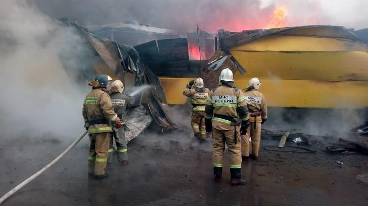 Площадь пожара в торговом павильоне составляет 600 кв метров. Фото: ГУ МЧС по Ростовской области