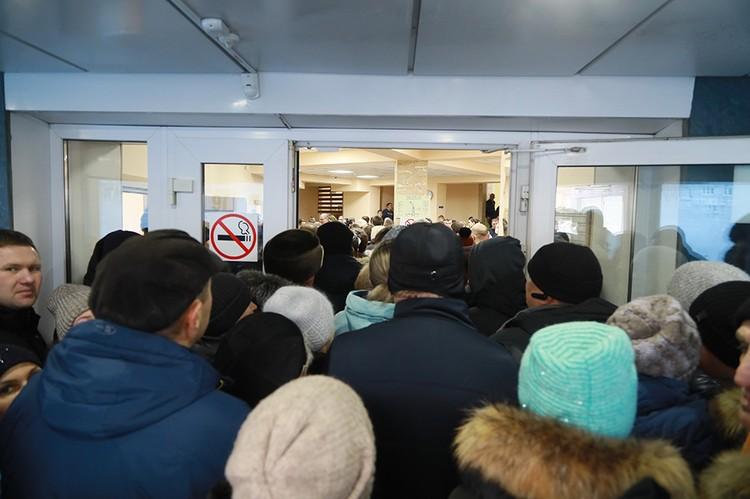 Люди стоят в очереди по 10 часов