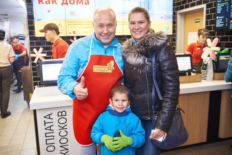 Надежда и ее сын Роман были рады познакомиться со звездой белорусской эстрады.