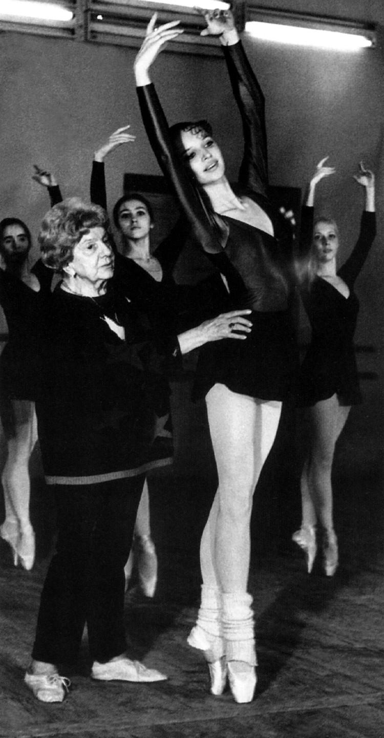 16-летняя Анастасия Волочкова на занятиях в балетном классе.