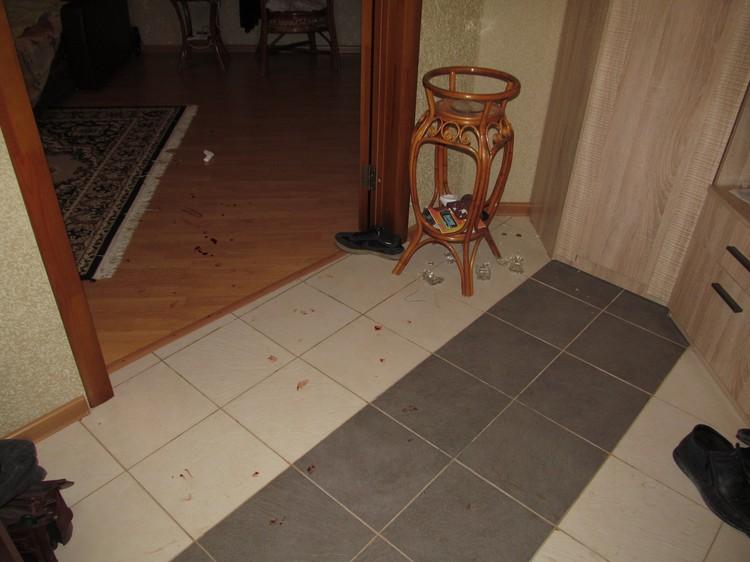 Так выглядела квартира внутри. Экспертиза показала, что кровь на полу принадлежит Непомнящему: во время потасовки он наступил ногой на вазу. Фото: предоставлено Евгением Шатиловым