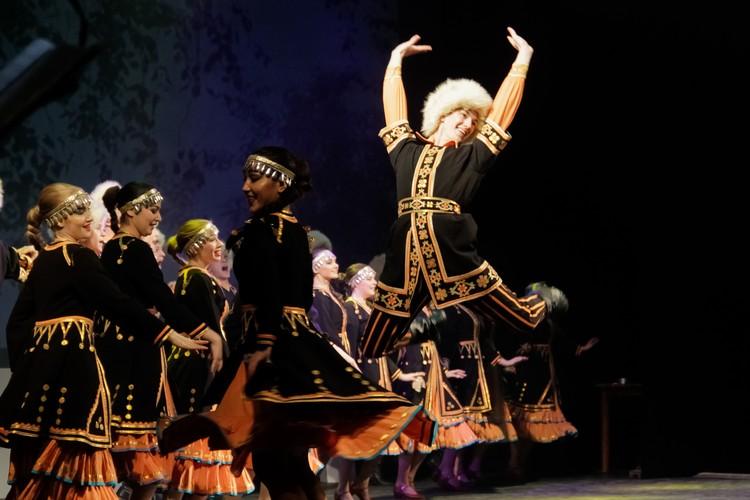 Артисты с воодушевлением исполняли танцы народов Урала.