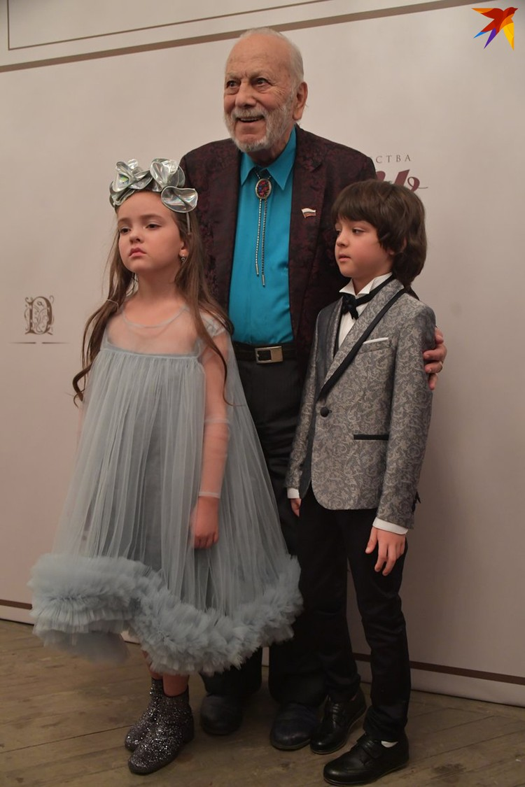 8-летняя Алла -Виктория и 7-летний Мартин Киркоровы с дедушкой Бедросом