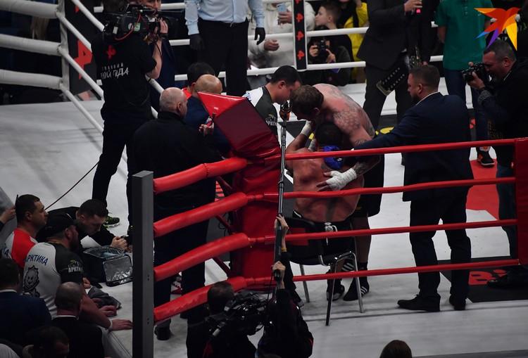 Кокляев сумел подняться на счет 10, но рефери принял решение остановить бой