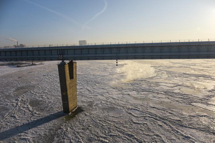 Обь отдает тепло — над открытыми участками воды можно наблюдать, как поднимается пар. Мороз по коже от такой красоты!