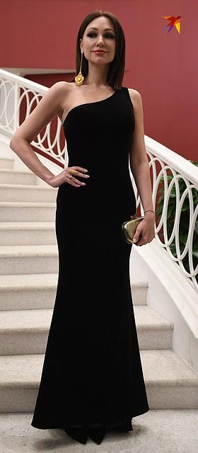 Певица Согдиана продемонстрировала точеную фигуру в платье с открытым плечом Фото: Михаил ФРОЛОВ