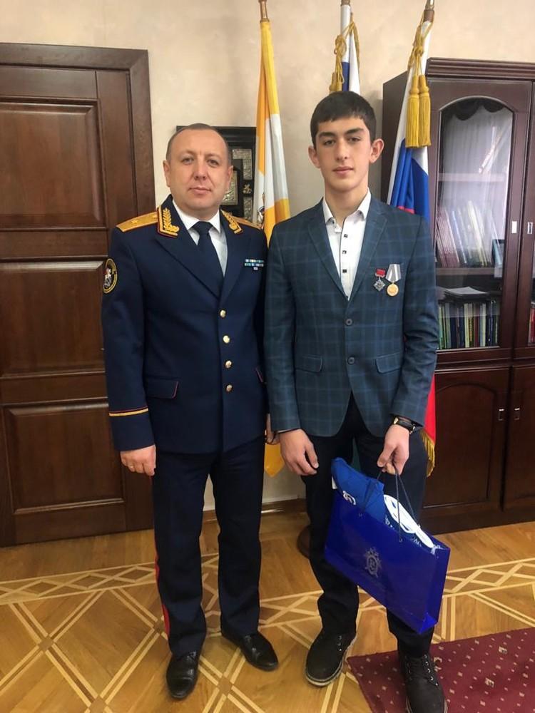 Руководитель СУ СКР по Ставропольскому краю генерал-майор Игорь Иванов с Тимуром
