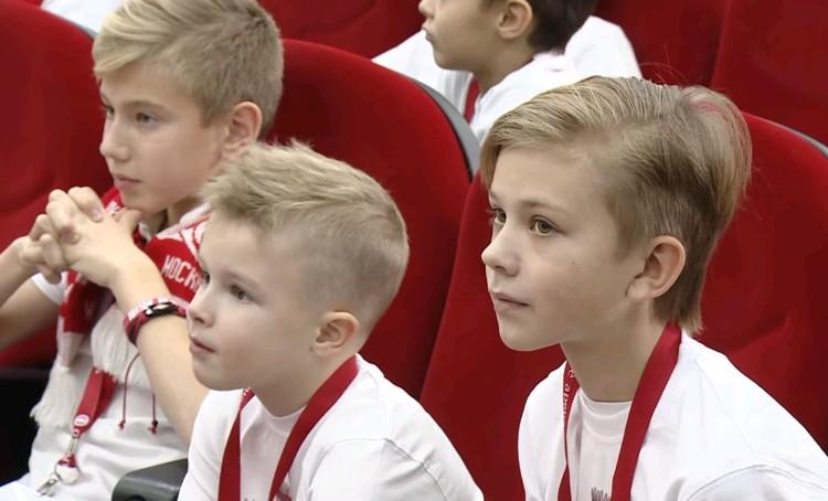 """Юные болельщики задавали вопросы футболистам """"красно-белых""""."""