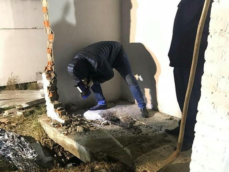 Спасателям пришлось выкапывать яму, чтобы через нее достать девочку.