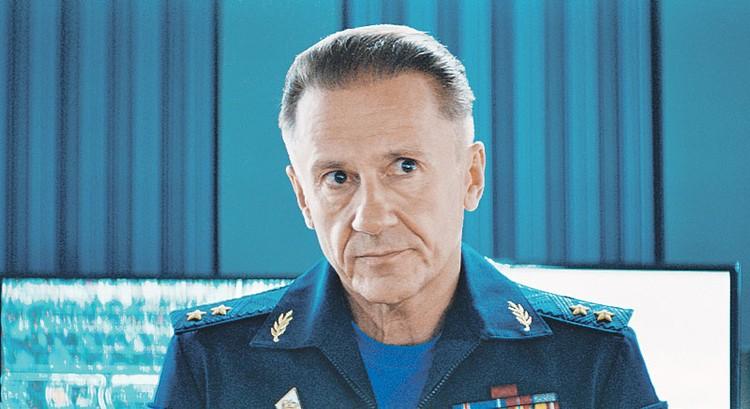 Олег Меньшиков вновь появится в роли полковника Лебедева, чья дочь полюбила инопланетянина (и расстроила этим отца). Фото: Кадр из фильма