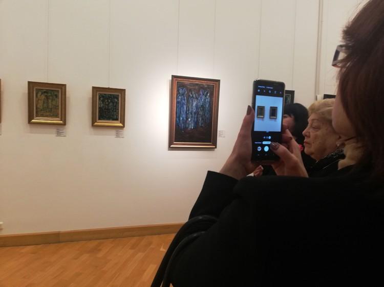 Гости с интересом изучали работы художника