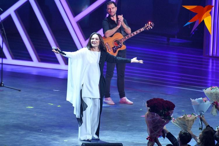 Зрители завалили певицу букетами цветов