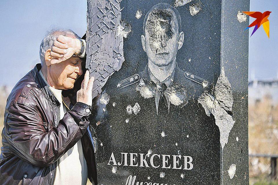 Городское кладбище возле Донецкого аэропорта до сих пор заминировано и находится в «зоне боев», навестить родные могилы - подвиг Фото: Владимир ВЕЛЕНГУРИН