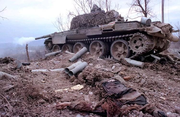 Обстрел позиций боевиков из танка.