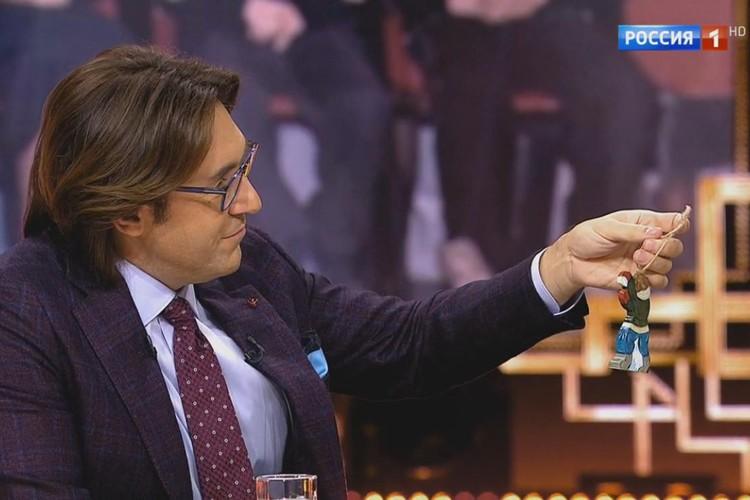 Ведущий Андрей Малахов с выксунской деревянной игрушкой Татьяны Ганиной.