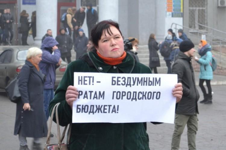 В Покровске жители устроили протест против покупки главной новогодней елки. Фото: pokrovsk.news