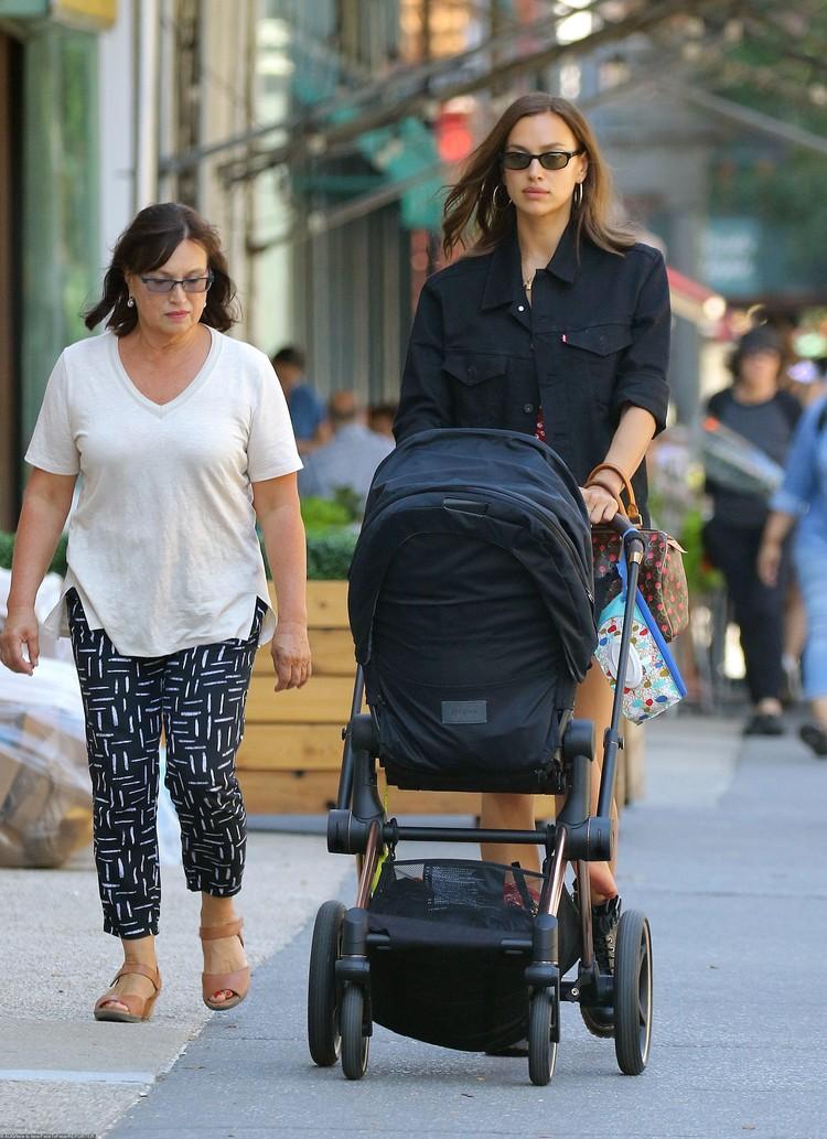 Мама модели Ольга Шайхлисламова помогает Ирине воспитывать дочку.