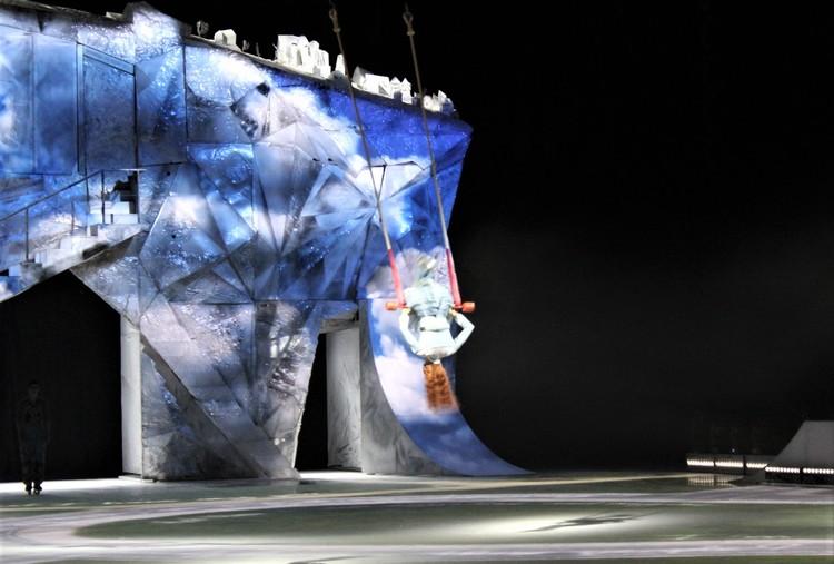 Действия в шоу разворачиваются не только на льду, но и в возудхе