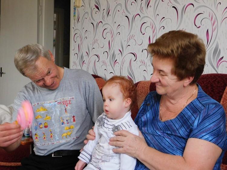 """Дедушка с бабушкой окружили внучку заботой. Фото: фонд """"Дедморозим""""."""