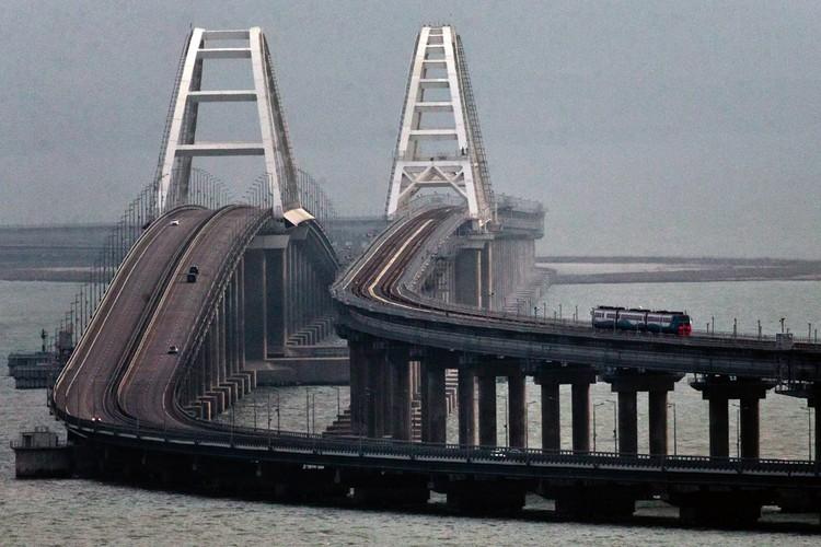Запуск движения по железнодорожной части Крымского моста. Фото: Сергей Мальгавко/ТАСС