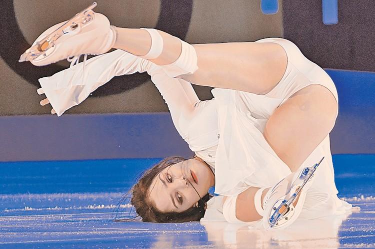 С первого взгляда может показаться, что этот кадр сделан во время падения олимпийской чемпионки Евгении Медведевой. Однако это всего лишь акробатический элемент показательного выступления.