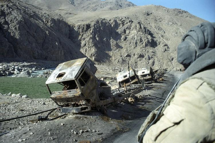 Уничтоженная в засаде автомобильная техника Советской армии на территории Афганистана. Фото: Виктор Хабаров/ZERKALO