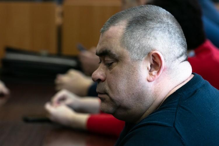 Салават Галиев старался скрыться от камер и после оглашения сразу ушел в автомобиль