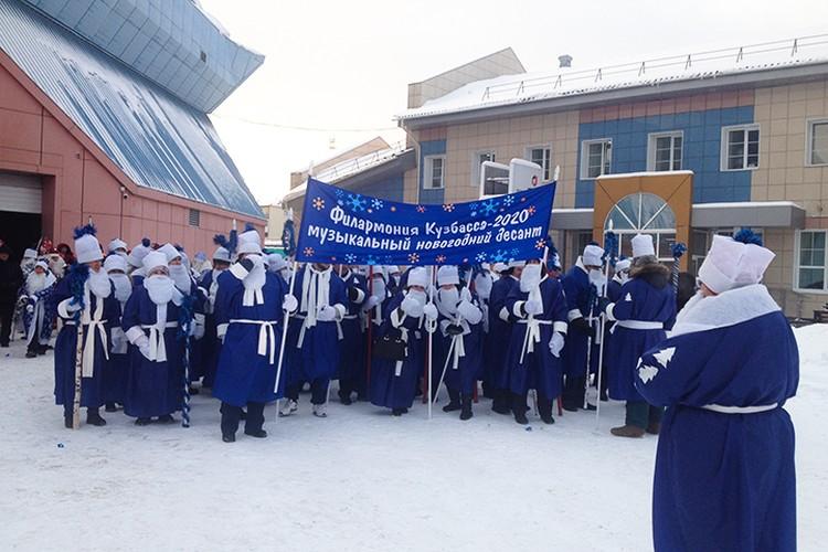 Деды Морозы к параду тщательно продумали свои наряды.